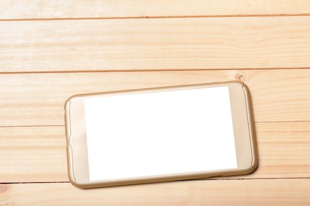 木製の背景にスマートフォン