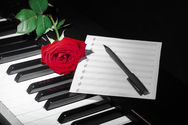 Рояль с красной розой