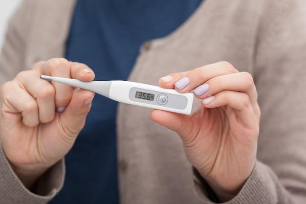 温度計を備えた病気の女性