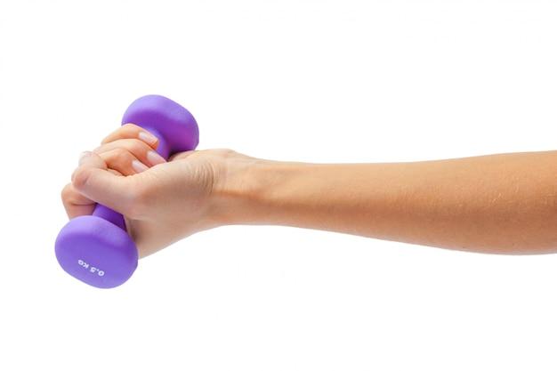 白で隔離されるダンベルを持っている女性の手