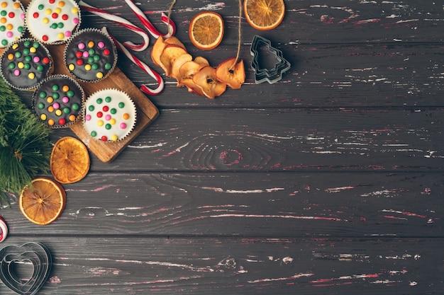 Рождественская выпечка приготовления. рождественская кулинарная концепция