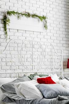 Современный светлый интерьер спальни оформлен на рождество
