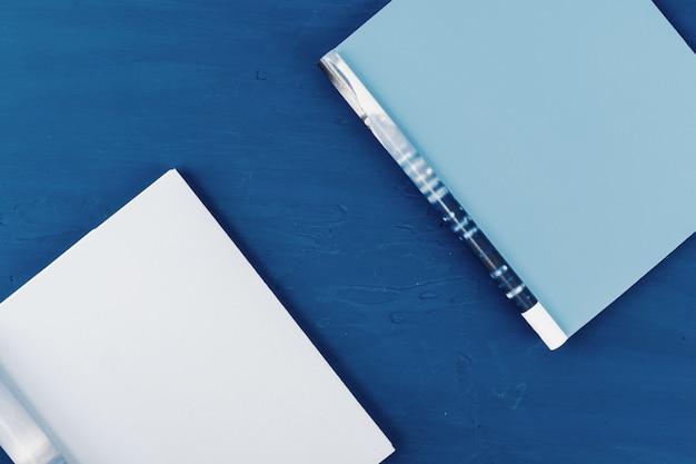 青のコピースペースで開いている雑誌のページのトップビュー