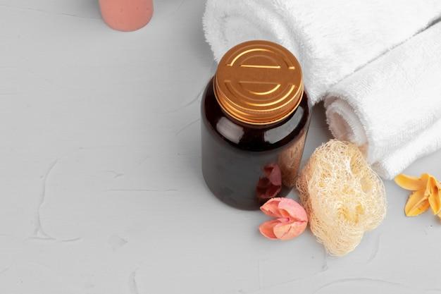 Пустая бутылка из натуральной косметики для ухода за кожей с листьями травы