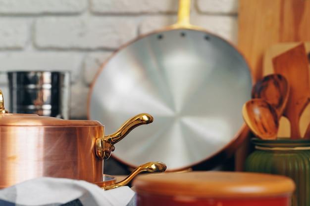 木製の台所用品と銅の調理器具をクローズアップ