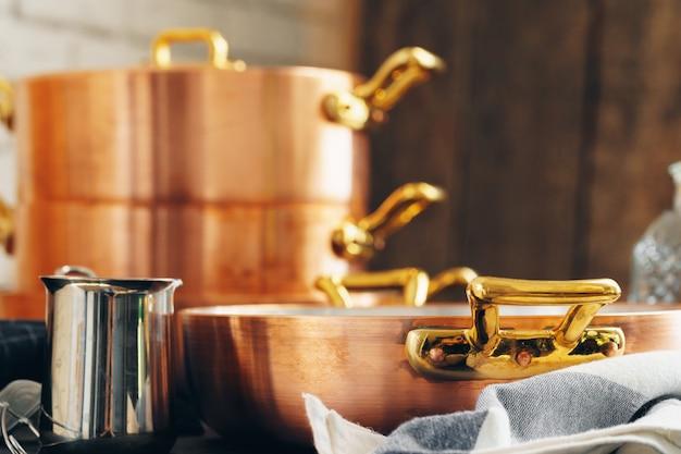 台所できれいな銅調理器具をクローズアップ