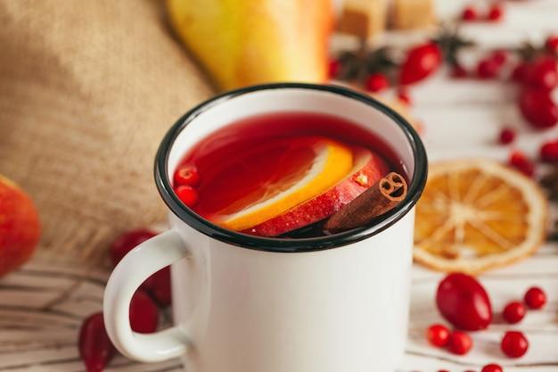 素朴なカップでクリスマスホットホットワインをクローズアップ