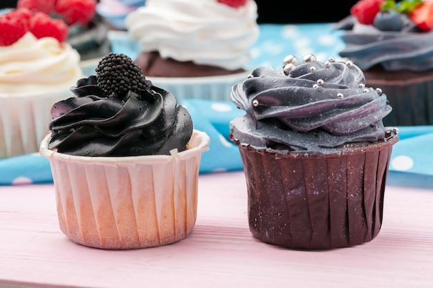 振りかけるとフロスティングで飾られたカップケーキ-、クローズアップ