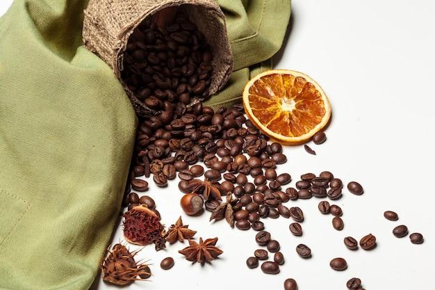 コーヒー豆。白で隔離