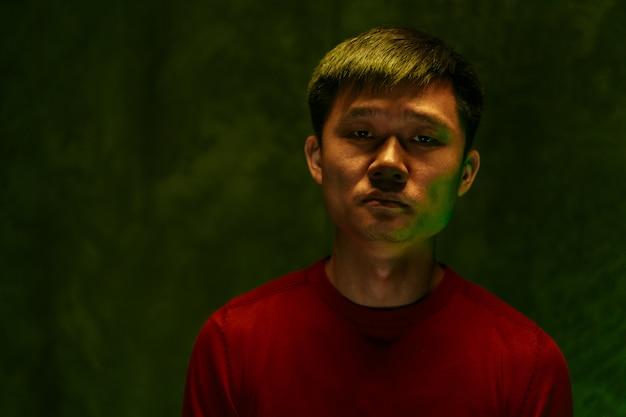 悲しいと疲れているアジア人の暗い肖像画