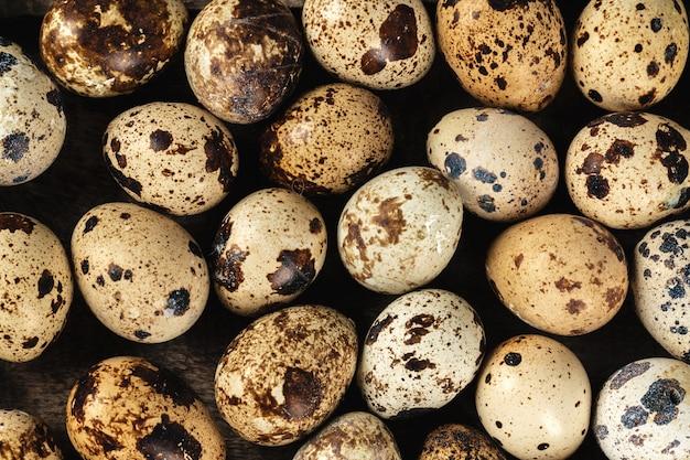 Перепелиные яйца на деревянном столе