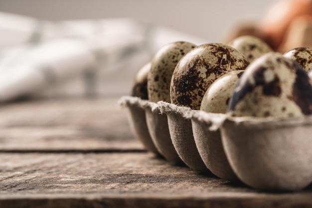 Перепелиные яйца в картонной коробке.