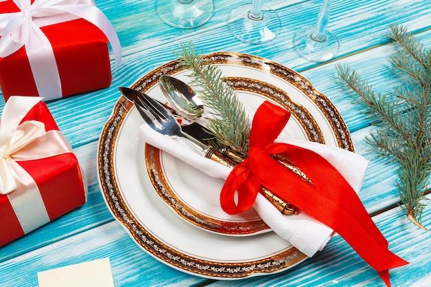 装飾と美しい青いクリスマステーブルの設定をクローズアップ