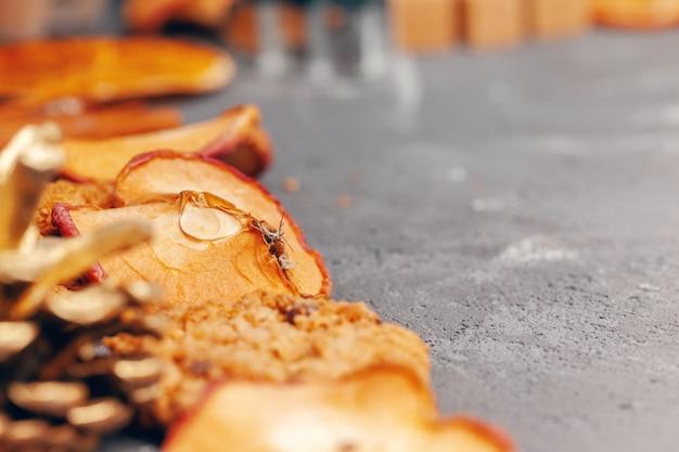 クッキーとドライフルーツのスライスが台所のテーブルにクローズアップ