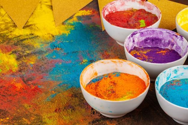 Органические порошковые краски в миске для фестиваля холи