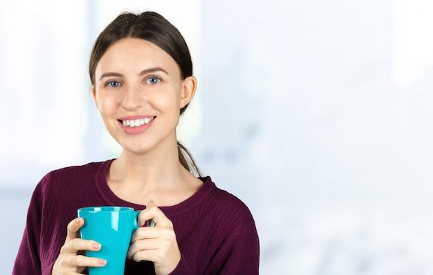 Портрет молодой женщины, пить кофе