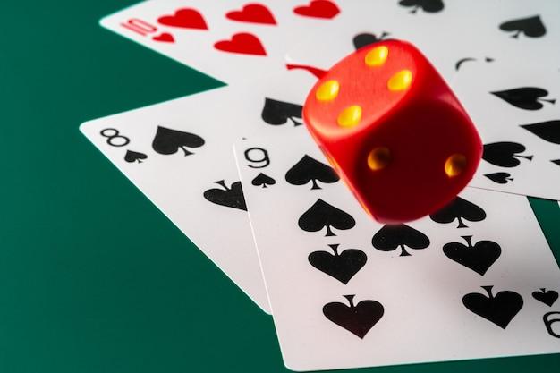Игральные карты с красными кубиками. концепция казино и азартных игр