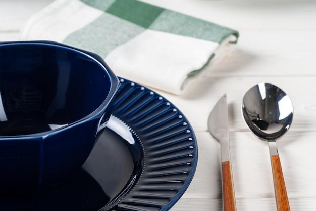 Классический синий керамическая посуда на клетчатой скатертью крупным планом
