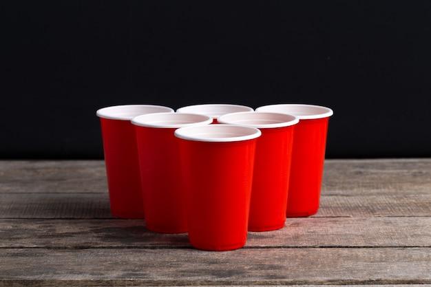 木製のテーブルのゲームビールポン