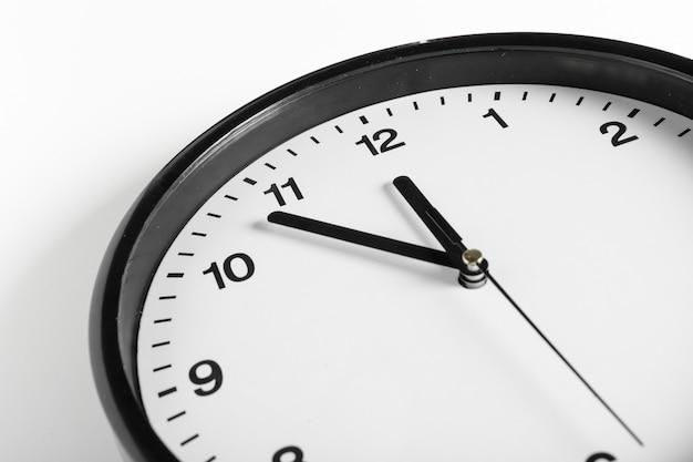 シンプルでクラシックな黒と白の丸い壁掛け時計