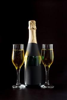 Бокал для шампанского и бутылка