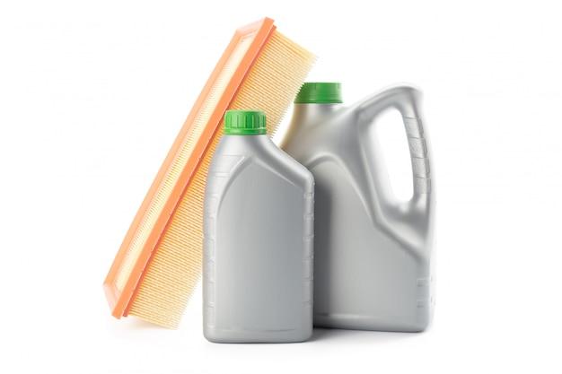 Автомобильные масляные фильтры и моторное масло, изолированные на белом