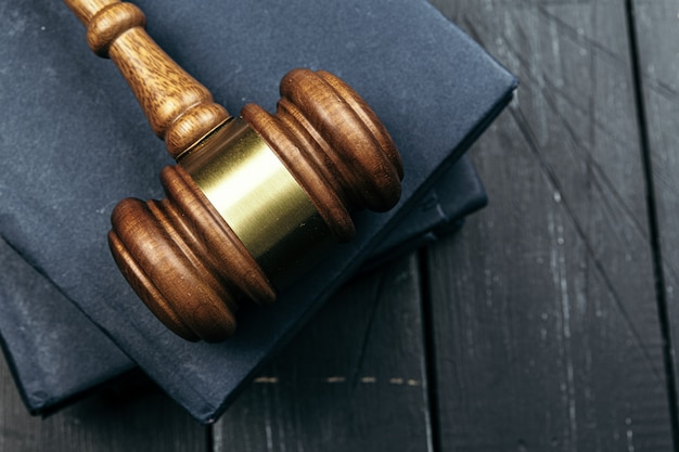 Изображение деревянный молоток судьи на блокноте