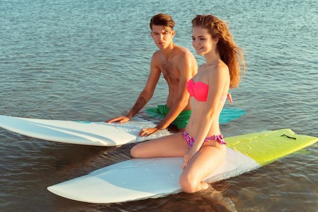 Серфинг пара, опираясь на доски для серфинга в море