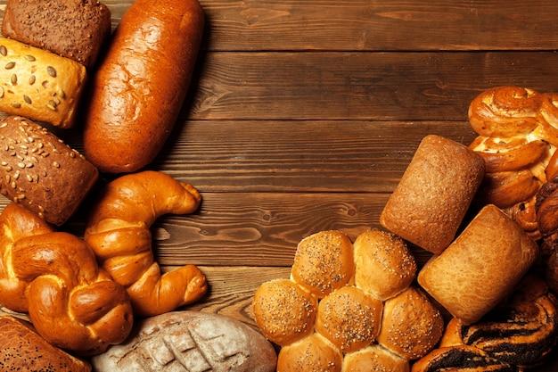 Свежеиспеченный хлеб на деревянный стол