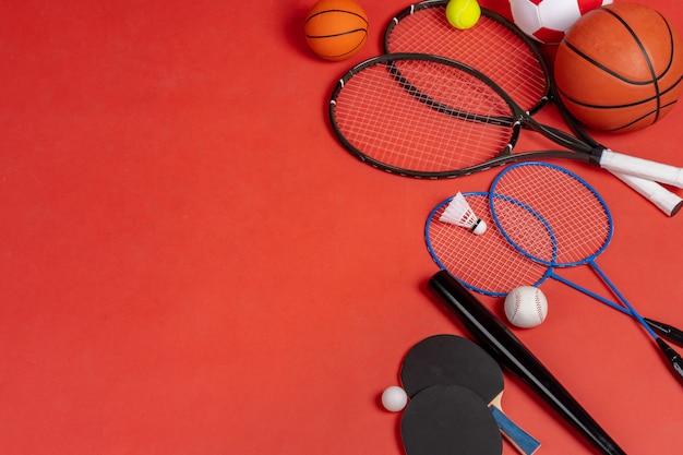 スポーツ用品フラット横たわっていた。さまざまなラケットとボール