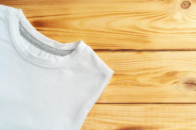 Белая цветная футболка с копией пространства для вашего дизайна. концепция моды