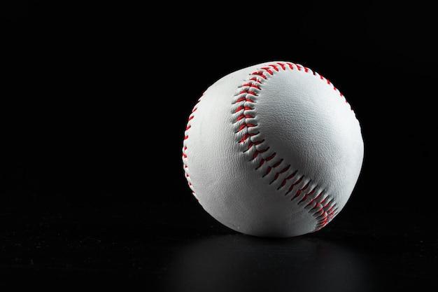 Бейсбольное игровое оборудование крупным планом