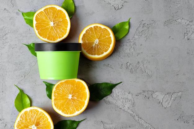 Бутылка косметики по уходу за кожей с нарезанными лимонами