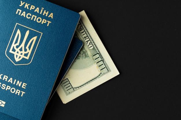 米ドル紙幣とウクライナのパスポート