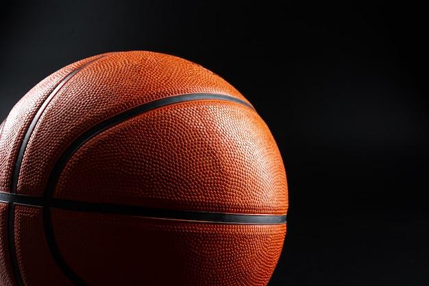 Баскетбольный мяч крупным планом. баскетбольная концепция