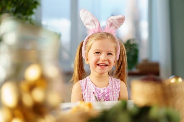 Портрет милой девушки малыша с ушками зайчика