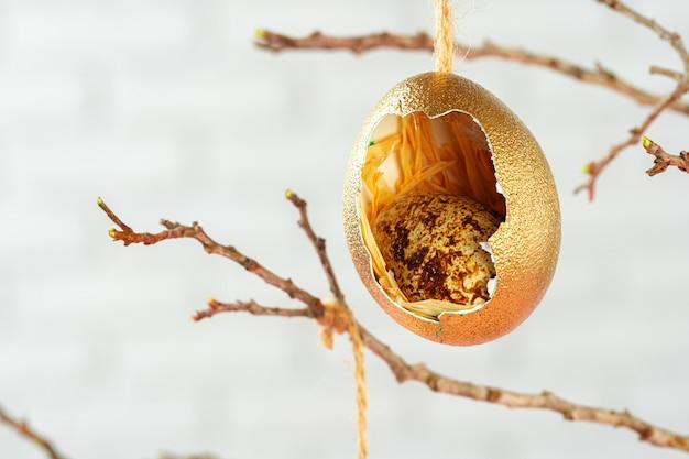 乾燥した枝にぶら下がっている色のイースターエッグ。イースターのコンセプト