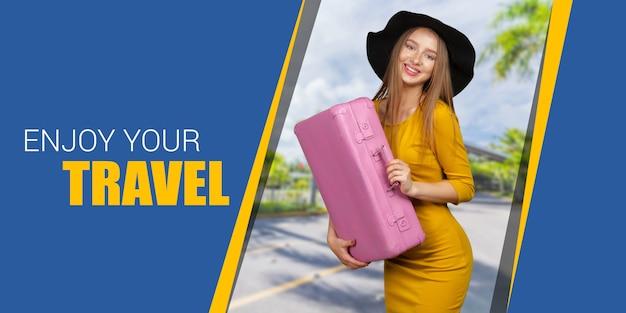 スーツケースを持って幸せな旅行者の女性