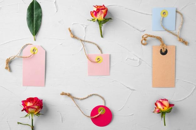 花と白紙のタグ。花を送る