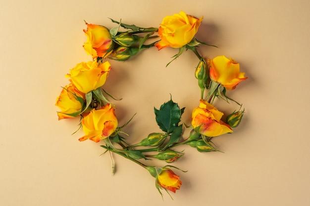 黄色のミニバラの花輪、上面図