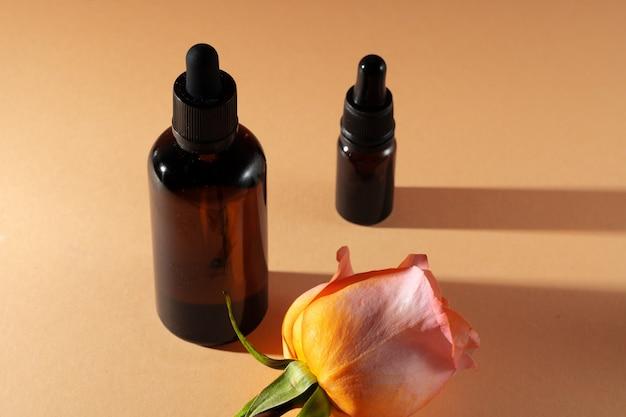Косметические флаконы с лепестками роз, копией пространства