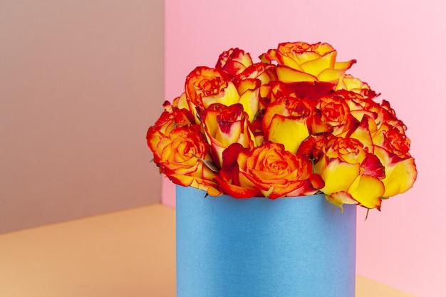 Шляпная коробка с красивым букетом роз