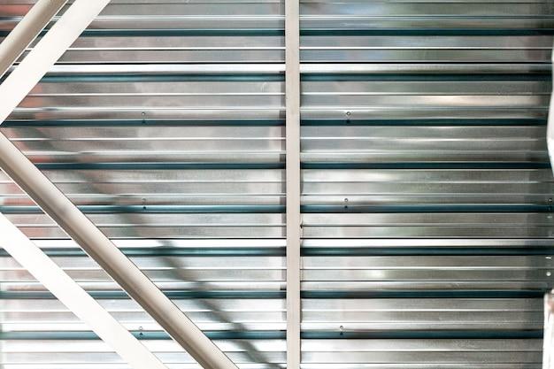 産業用建物の灰色の段ボールの金属シートの壁