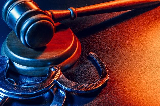 裁判官の小槌と手錠