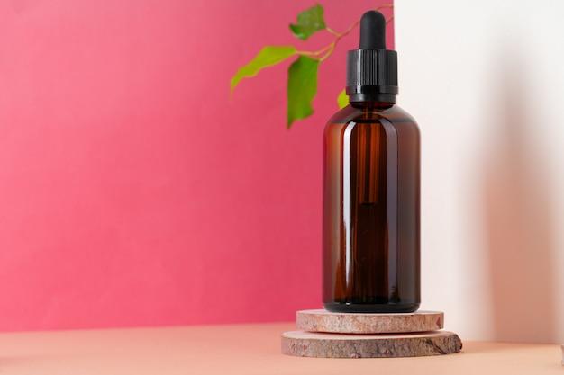 Коричневая стеклянная косметическая бутылка. органическая косметическая концепция