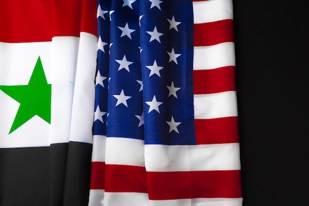 シリアの旗とアメリカ合衆国の旗を一緒に