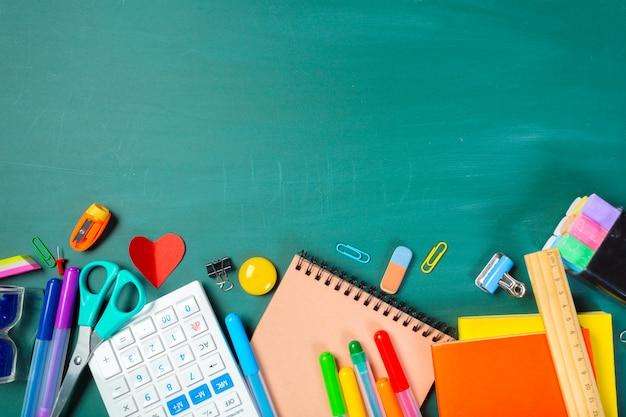 黒板に学校や事務用品