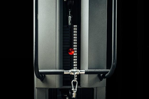 Металлическая веревка ручка в тренажерном зале крупным планом