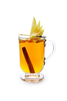 Сезонная чашка чая аромата изолированная на белой предпосылке