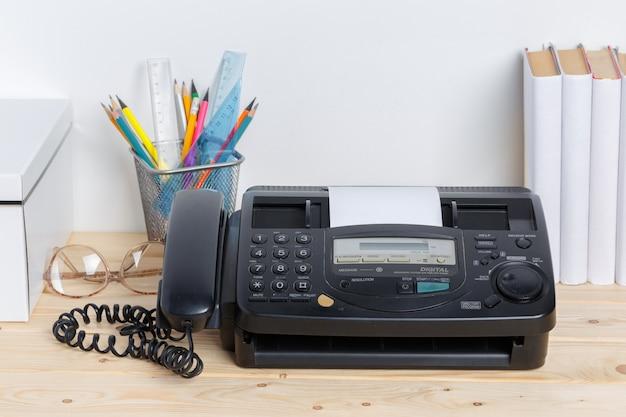 テーブルの上の古いファックス機